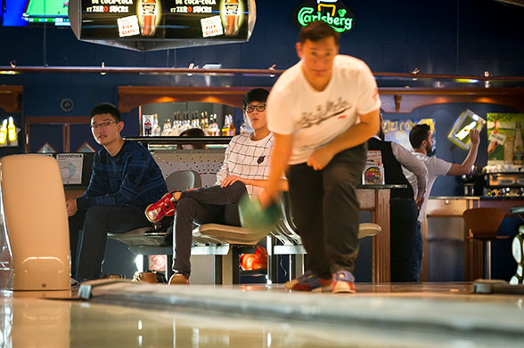 Joueur de bowling en action
